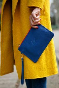 05-street style-zara-mustard-coat-stripes-navy-el gabinete de las maravillas-clutch-so kate-blue-suede-christian louboutin-con dos tacones-c2t